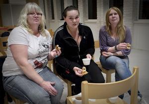 Liz Nordgren, till vänster, satsar hårt i macken. Fem andelar nu och fem vid ett senare tillfälle, totalt 5 000 kronor, tänker hon lägga. Malin Tvärberg och Emelie Isaksson köper två andelar var.
