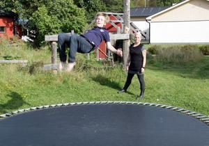Alvin Nordlund praktiserar en av sina specialhopp, backflip med skruv, på den specialbyggda studsmattan i familjens trädgård.
