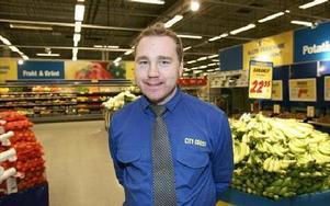 - Hittills har vi inte märkt att efterfrågan sjunkit på det ekomaten och för dalfolket är det lokalt odlade viktigt, säger Fredrik Pihlblad, chef för City Grossbutiken i Falun.FOTO: CURT KVICKER