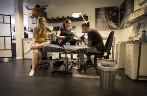 Systrarna Erica och Rebecca Sandvold är i dag hos Pontus Jonsson, men det är bara Rececca som blir tatuerad i dag. De ömtåligaste ställena på kroppen att tatuera är knäveck, armveck och revben, enligt Pontus Jonsson.