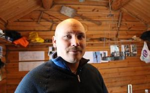 Tobias Furne ser gärna att han i fortsättningen kan leva på att timra och reparera gamla hus. När han går ut yrkeshögskoleutbildningen på Sjövik räknar han med att kunna jobba halvtid med det.