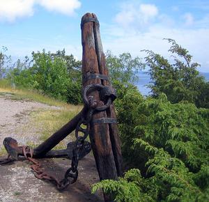 Ett mycket gammalt ankare som tillvaratagits och ställts upp vid havet som minnesmärke och prydnad.