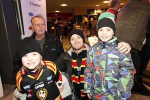 Sture, Anton, Dan och Jesper Lund, Sandviken.Anton och Jesper Lund gillar Brynäs.– Jättebra. Jag har varit på hockey kanske fem gånger. Växjö vinner, säger Anton Lund.– Det är roligt att kolla på dem. Brynäs vinner, tror Jesper Lund.