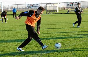 Mittbacken Ilir Berisha får alltjämt vänta på sin ÖSK-debut.