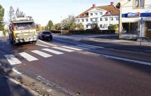 Den farliga korsningen vid kyrkan ska bli säkrare. Trafikverket har på förslag att bland annat förlänga refugen och sätta upp varningsbelysning.