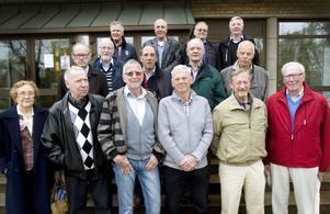 I går träffades poliserna som för 50 år sedan gick ut polisskolan i Gävle. Här ses gänget tillsammans med två av lärarna, Svea Gustavsson och Erik Äng.
