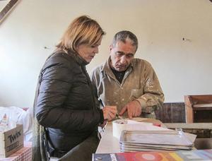 Krögaren Laure Pelletier tycker att det var en självklarhet att vända sig till Action Emploi Réfugiés och ge flyktingar arbete när hon behövde hjälp med att rusta upp sin restaurang i utkanten av Paris.   Foto: Louise Nordström/TT
