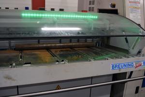 Stålstänger matas in i ena änden på maskinen och på andra sidan kommer det ut färdiga detaljer.