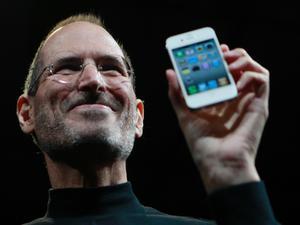 Steve Jobs avgår som vd för Apple.