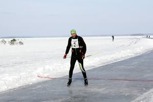 Torbjörn Blom passerar mållinjen i första Storsjöskrinnet vid Strandbaden i Årsunda.