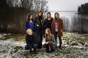 Folkhögskolans elever på Musiklinjens Singer-songwriterinriktning laddar för konsert.