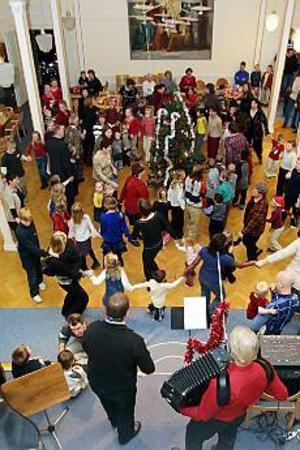 Dans kring granen och påsar till alla barn - det är julgransplundring det! Foto: Olle Hildingson