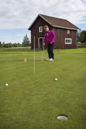 Agneta Olsson på greenen.