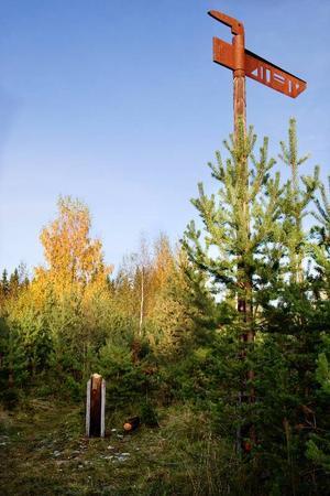 Hugin och Munin, ett av Torvallas totalt 40 konstverk har saboterats, då en av de två stolparna har sågats ner.Foto: Ulrika Andersson