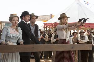 Amanda Seyfried, Neil Patrick Harris, Seth MacFarlane och Charlize Theron tar sikte på att skapa ny westernhumor. Tyvärr är det långt mellan skratten.    Foto: UIP