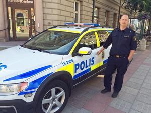 Andreas Dahlbom är ny kommunpolis för Härnösand, Kramfors och Sollefteå. Hans huvuduppgift är att komma närmare medborgarna och skapa trygghet i city.