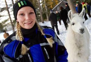 Erika Danielsson från Fåker har 16 egna får och nu funderar hon på att skaffa sig en lama, i bakgrunden lamadjuret Pricken.