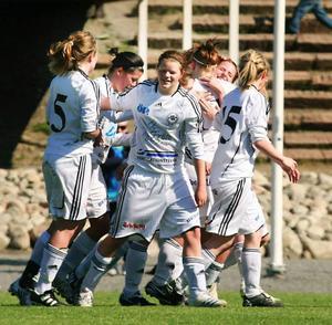 Frösöjubel efter ett av de fyra målen  mot Sätra i helgen. Näst längst till vänster ser vi tremålsskytten och skytte- ligaledaren Emma Eriksson.