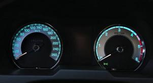 Bilen har helautomatisk belysning. När halvljuset tänds byter instrumenttavlorna färg till blått.