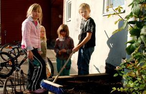 Annika Gyrished, Eleonora Edman, Karin Larsson och Olle Larsson har planterat alla sina lökar. Nu gäller det bara att platta till med händer och borste. Foto: Lina Svalbro