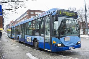 """""""Folk som inte bor i centrala Ö-vik och ej har råd att ta sig till service i centralorten, gynnas av gratis kollektivtrafik"""", skriver debattören."""