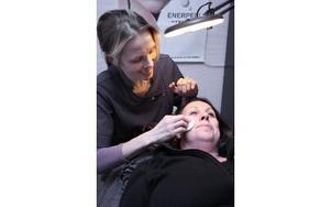 Sara Bengtsson får hjälp att ta bort ytliga blodkärl. – Våra behandlingar har inga biverkningar, säger Anna.