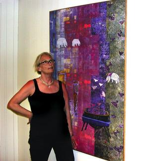 Bland björnar. Kathy Ericsson-Jourdan trycker och målar på linne och blandar elementära former och figurer i sina grönländska motiv.