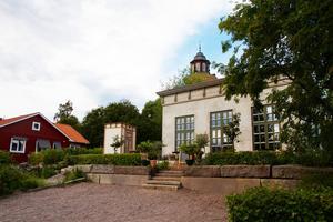 I villaområdet står Pomeranshuset, och intill ett litet förråd. På baksidan uteservering och intill en köksträdgård.