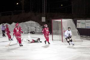 Sandra Timan, Anna Hedin och målvakten Linnea Björck kan bara konstatera att Alina Zinkevitch nyss har gjort 6–1 på stopptid i första halvlek.