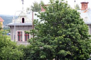 Det gamla bankhuset, där det även har funnits en tobaks- och tidningsaffär en gång i tiden, är på väg att rustas. Denna överblick över huset har man från Bygatan.
