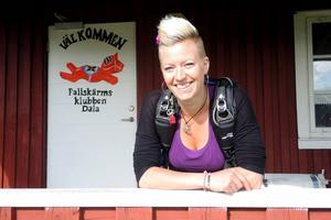 Angelica Sjöholm är engagerad i Fallskärmsklubben Dala.