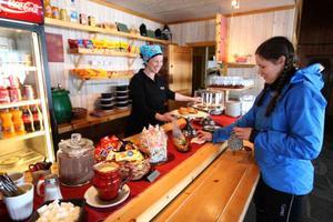 Lisa Carlsson har fullt upp under vinterhalvåret på Kariknallarna. Våffelstugans högsäsong är från sportlovet fram till slutet av april.