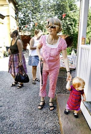 Madeleine Wibull och barnbarnet Mira är på väg att besöka museet på Joe Hillgården. Madeleine är nyinflyttad i Gävle och besökte 40-årsjubileet för att lära sig mer om stan.