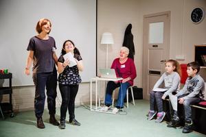 Draghjälp. Alla barnen får komma upp och berätta sin historia inför klassen. Den som blir nervös kan läsa sagan ihop med berättaren, för dagen Finin Versteegh, här tillsammans med Cleopatra.