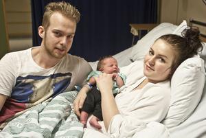 Mattias Persson och Emma Bilander blev föräldrar under nyårsnatten när Lucas Persson föddes en dryg timme efter tolvslaget.