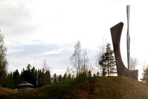 Minnesmonunmentet i Los, gjort av Olof Hellström, bekostades av Vetenskapsakademien och ett kanadensiskt företag.