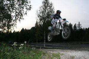 Carolina Lindgren fick sin första crosscykel som sexåring, nu 10 år senare är hon framgångsrik på tävlingsbanorna.