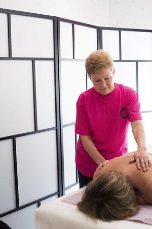 Karin Sellholm i Köping är utövare av rosenmetoden. Här behandlar hon en klient.