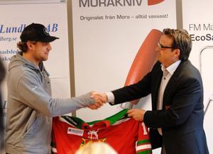 Välkommen. Moras klubbdirektör Peter Hermodsson välkomnar Anže Kopitar till Mora.