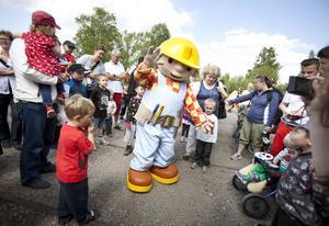 TÅGEN I ALL ÄRA. Byggare Bob var höjdpunkten för många barn under Tågets dag. Under söndagen invigdes järnvägsmuseets nya utställning