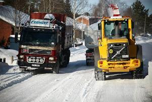 Snöslungan körs av Tore Åberg. Att fylla på ett lass tar mindre än någon minut. Sex lastbilar byter av varandra för att snöfrakten ska gå så smidigt som möjligt.