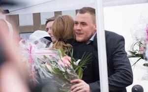 Assisterande tränare Rikard Hedlund tackas med en blombukett.