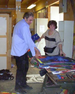 Från vänster Alexandre och Marianna Lindström som hämtar konst i sommars från ateljén i Kvissleby.