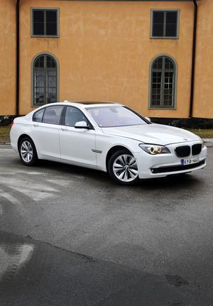 BMW:s 7-serie ser ut som en klassisk lyxlimousin, utsträckt motorhuv och korta överhäng. Bara emblemet ActiveHybrid7 skvallrar om att detta är en hybrid.