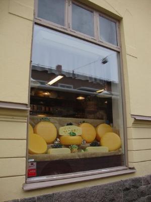 Skyltfönster till Ostaffären i Strängnäs.