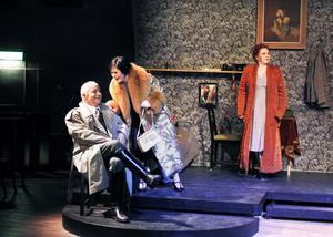 """Hörru, farsan! Far och dotter Bo och Camilla Lénström ingår i """"Cabaret""""-ensemblen. I bakgrunden Sara Kreft som Fraulein Schneider."""
