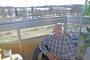 Skönvik är som vilket arbetsplats- och bostadsområde som helst menar Lars Gabrielsson. Här sitter han på sin inglasade balkong, med vidsträckt utsikt över sjön Ljustern.