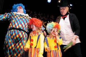 Clownerna Sofie Widarsson, Leija Magnusson och Emilia Hälsing ska städa upp efter de olika framträdandena med skiftande resultat.