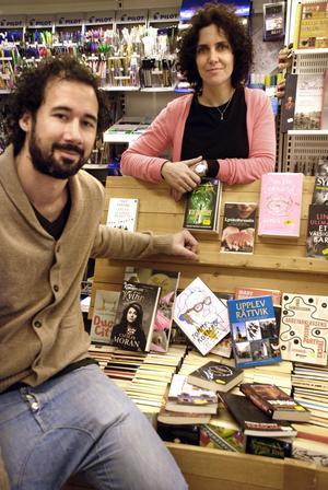 Lina och Alexander vill samla lokal litteratur i sin bokhandel.