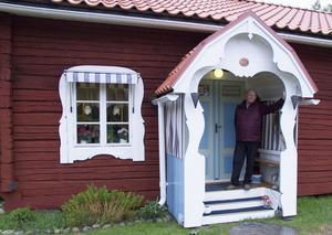 När Ivan och hans familj flyttade till fäbodvallen i  Sorga saknades både fönster, dörr och bro. Idag ser huset idylliskt ut.